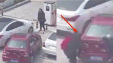 Non riescono a parcheggiare e le provano tutte: due ragazze tentano di sollevare l'auto