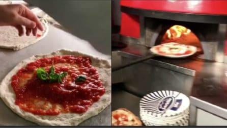 La preparazione della vera pizza napoletana: ecco il capolavoro di Sorbillo