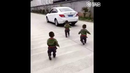 Il papà parte per andare a lavoro: la reazione dei tre gemellini vi conquisterà