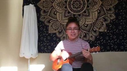 La bambina è un vero talento: suona un grande successo rock con l'ukulele