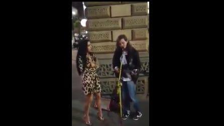 Una ragazza chiede a un artista di strada di unirsi a lui: quello a cui danno vita è magico