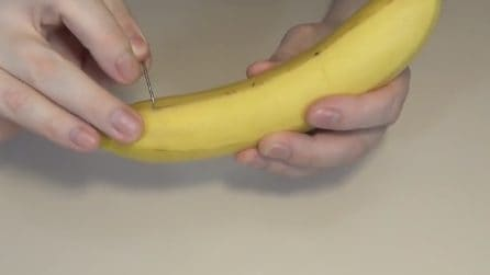 Insert a needle in the banana: here's the trick to cut it without a knife