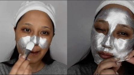 Applica una maschera argentata sul viso: ecco a cosa serve
