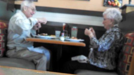Una coppia di anziani nel ristorante attira l'attenzione degli altri clienti: una scena dolcissima