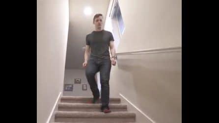 Scende le scale e accade l'impensabile: l'illusione ottica è pazzesca