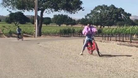 Tenta di frenare ma qualcosa va storto: la rovinosa caduta dalla bici