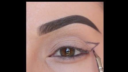Traccia delle linee nere sugli occhi: l'idea per avere uno sguardo accattivante