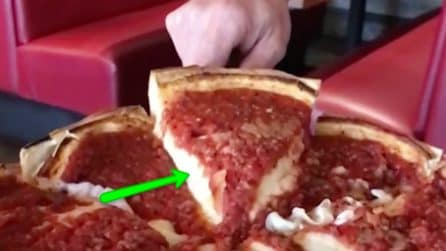 """Alza la fetta e """"scopre"""" la sua straordinarietà: una pizza come non l'avete mai vista"""