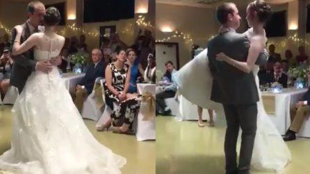 Dice addio alla sedia a rotelle per amore: il primo ballo della sposa è emozionante