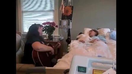 Canta per la figlia malata di leucemia: la commovente dedica della mamma