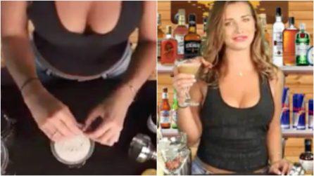 """Sexy ragazza prepara un cocktail con ingredienti decisamente """"particolari"""""""
