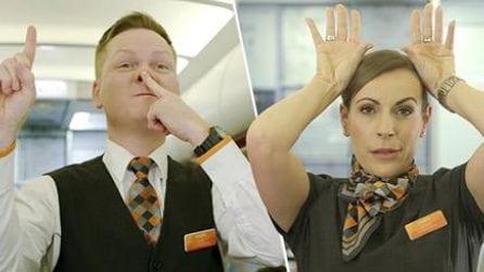 """Il significato degli """"incomprensibili"""" gesti del personale di bordo in aereo"""
