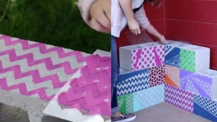 Dipinge dei mattoni con varie fantasie, poi li monta così in giardino: l'idea meravigliosa da provare