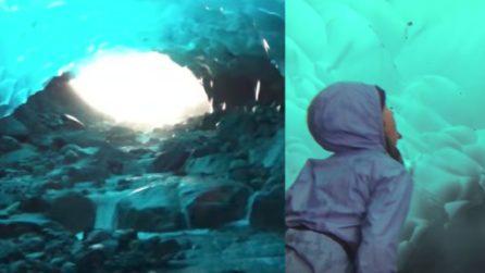 Una famiglia entra all'interno di una grotta di ghiaccio: quello che c'è dentro è meraviglioso