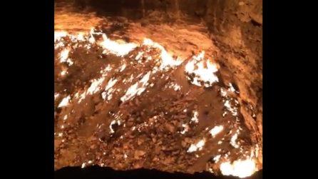 """Un cratere infuocato nel deserto: la """"Porta dell'inferno"""", uno dei luoghi più strani al mondo"""