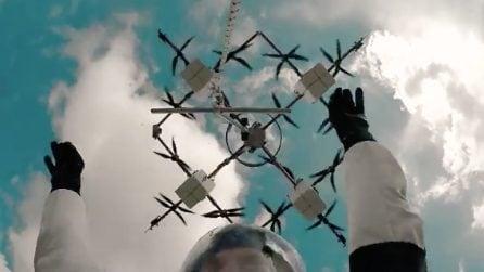 Paracadutista esegue il primo lancio da un drone: l'impresa da record a 330 metri d'altezza