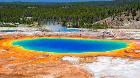 """Un arcobaleno colorato sull'acqua: lo spettacolo del """"Grand Prismatic Spring"""" di Yellowstone"""