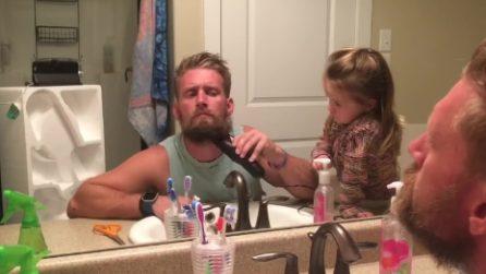 """""""Sei ancora il mio papà?"""", sorprende moglie e figlia radendosi la barba: ecco come reagiscono"""