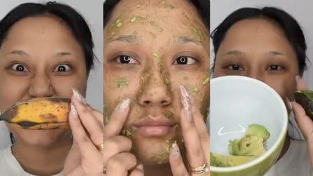 Mescola banana e avocado e li applica sul viso: l'idea da provare