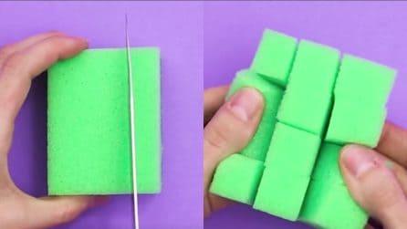 Come pulire una griglia unta e sporca praticando dei tagli sulla spugna