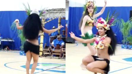 La spettacolare danza tahitiana: i movimenti delle due ballerine lasciano a bocca aperta