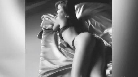 Maliziosi completi di intimo nero e pose sexy: Belen incanta i suoi fan