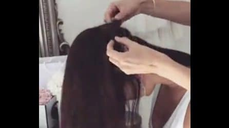 Aggiunge delle extension e lega i capelli: l'acconciatura è favolosa