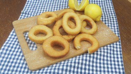 Ciambelline ricotta e limone: calde e soffici, una tira l'altra