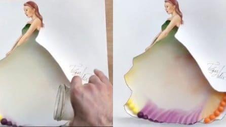 Versa dell'acqua sulle palline colorate ed ecco cosa accade: un disegno magico