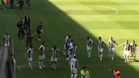 La Juventus vince lo Scudetto: i calciatori festeggiano sotto la curva