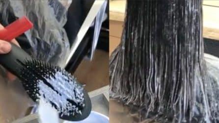 Applica la tinta sulla spazzola e poi pettina i capelli: l'effetto finale è bellissimo