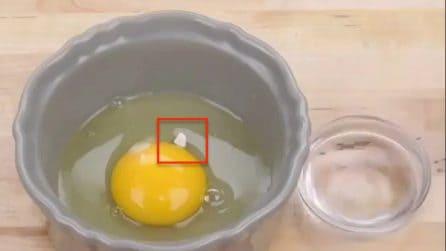 Apre l'uovo ma un pezzo di guscio cade dentro: il metodo per prenderlo senza fatica