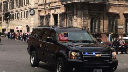 """""""The Beast"""", il blindato di Trump sfreccia a Piazza Venezia"""