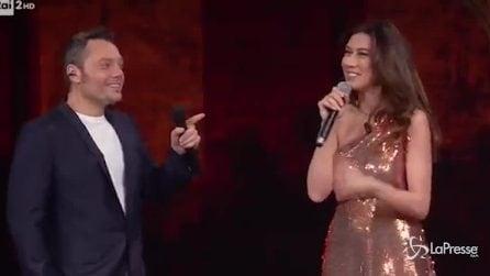 """""""Considerevole!"""": Tiziano Ferro imita Carmen Consoli con la Shakira Virginia Raffaele"""