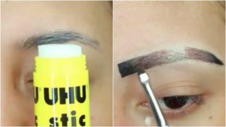 Usa la colla per trasformare le sue sopracciglia: crea un makeup che vi stupirà