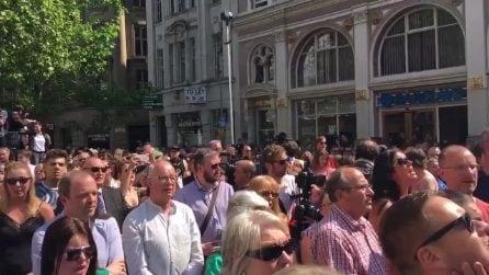 """Manchester, il ricordo delle vittime: la folla intona spontaneamente """"Don't look back in anger"""""""