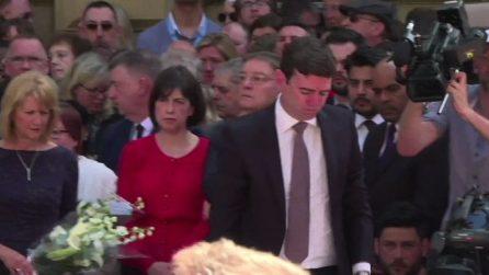 """Manchester, la folla canta """"Don't look back in anger"""" in onore delle vittime: le immagini da brividi"""