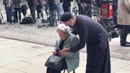 Attentato Manchester, una donna ebrea prega per le vittime: il bellissimo gesto di un musulmano