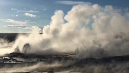 Un geyser davvero spettacolare: l'eruzione di acqua bollente a Yellowstone