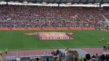 """L'Olimpico saluta Totti, gigantesco numero dieci a centro campo: """"Grazie Capitano"""""""