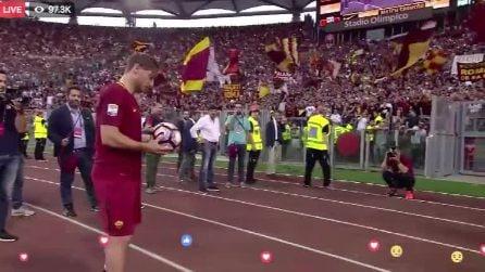 """Il messaggio d'addio di Totti alla Roma: """"Mi mancherai"""", scritto sul pallone calciato in curva"""