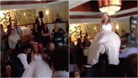 Gli invitati sollevano la sposa durante i festeggiamenti, ma qualcosa non va come previsto