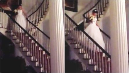 In cima alle scale, la sposa fa il suo ingresso trionfale: ciò che accade è imbarazzante