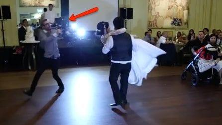 Gli sposi ballano al centro della sala, ma attenzione al fotografo: ciò che accade è esilarante