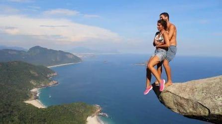 Sospesa in aria tra le braccia del ragazzo: la prova di fiducia della coppia