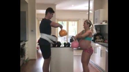 """Mette alla prova il marito: l'allenamento con il """"pancione"""" del neo papà"""