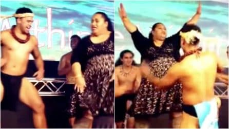 Una spettatrice si unisce ai ballerini durante lo show: la divertente performance improvvisata