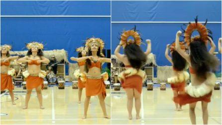 Le ballerine si schierano e parte la musica: quando si voltano danno vita a uno spettacolo unico