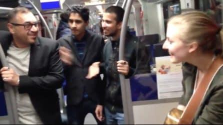Le ragazze cantano sul treno, ma all'improvviso un passeggero si unisce a loro: resterete a bocca aperta