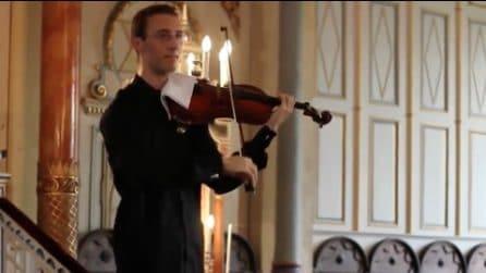 """Un cellulare squilla durante il concerto: la reazione """"epica"""" del violinista sorprende tutti"""